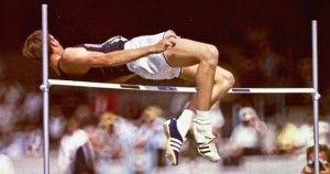 Dick Fosbury realizando el salto de altura en los Juegos Olímpicos de México 68