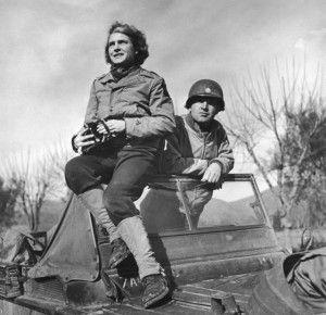 Margaret Bourke-White encaramada en un jeep del ejército de los EE.UU en un lugar indeterminado de Europa.