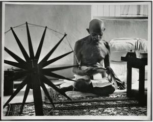 Mahatma Ghandi, de 76 años, retirado de la vida pública, se levantaba a las 4 de la mañana para trabajar con su rueca.