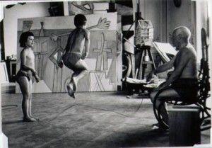 Pablo Ruiz Picasso juega con sus hijos en La Californie