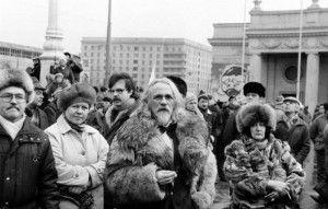 Manifestación junto al parque Gorky de Moscú, 1990-1991. Nótese la mujer de la derecha de la imagen como sostiene un lápiz y una pequeña libreta mientras mira de reojo. Los confidentes seguían haciendo su trabajo.