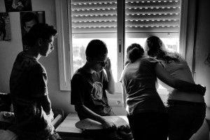 La familia Aliu-Lopez observando desde la ventana la llegada de la policia. Foto: Samuel Aranda para NYT