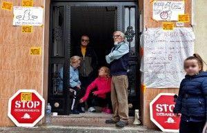 Manifestantes de la PAH en la puerta de un edificio donde hay un desahucio. Foto: Mónica Torres
