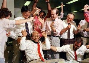 Michel DuCille, sentado, está siendo cubierto con confetti por compañeros de trabajo después de ganar el Premio Pulitzer por su reportaje fotográfico sobre los adictos al crack en 1988. Foto: Kathy Willens / AP