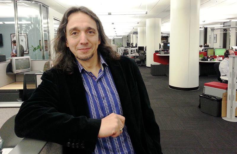 Javier Zarracina en la redacción de Los Angeles Times