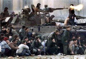 Residentes de Bucarest se protegen del fuego cruzado durante los enfrentamientos en la Plaza de la República en Bucarest el 23 de diciembre de 1989. REUTERS/Charles Platiau