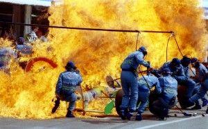 Sprays de gasolina en el coche de Fórmula Uno de carreras de Jas Verstappen segundo de Netherland antes el coche y el equipo de Benetton Ford atrapados en el fuego durante el repostaje en el Gran Premio de Alemania de F-1 en Hockenheim en esta foto de archivo del 31 de julio 1994. Joachim Herrmann