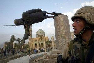 US Marine Corp assaultman Kirk Dalrymple relojes como una estatua del presidente iraquí Saddam Hussein cae en el centro de Bagdad en esta foto de archivo del 09 de abril 2003. Las tropas estadounidenses derribaron una de 20 pies (seis metros) de altura estatua de Saddam Hussein en el centro de Bagdad y los iraquíes bailaban sobre ella en el desprecio por el hombre que los gobernó con mano de hierro durante 24 años. En escenas que recuerdan a la caída del muro de Berlín en 1989, los iraquíes antes tomó un mazo para el pedestal de mármol bajo la estatua de Saddam. REUTERS / Goran Tomasevic