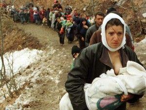 Una mujer de etnia albanesa alimenta a su bebé mientras ella y otros 2.000 refugiados, los desplazados por la guerra de Kosovo, se les permite entrar Macedonia en la región montañosa cerca del cruce fronterizo de Blace en esta foto de archivo del 30 de marzo 1999. Más de 2.000 refugiados de Kosovo entraron Macedonia después de cruzar las montañas en el sur de Kosovo durante la noche. Los refugiados fueron bloqueadas por el ejército macedonio durante varias horas y pasaron la noche en el bosque, pero más tarde se les permitió entrar Macedonia después de que funcionarios del ACNUR ejercer presión sobre el gobierno de Macedonia. REUTERS / Damir Sagolj