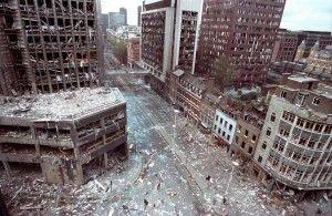 El área dañada bomba de la ciudad de Londres se ve en este 24 de abril 1993 foto de archivo después de dos explosiones estallaron en los edificios de la zona. Decenas de personas resultaron heridas en la explosión causada por las bombas del IRA. REUTERS / Andre Camara