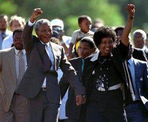 Nelson Mandela, acompañado de su esposa Winnie, sale de la prisión Victor Verster, cerca de Ciudad del Cabo después de pasar 27 años en las cárceles del apartheid en esta foto de archivo del 11 de febrero 1990. REUTERS / Ulli Michel /