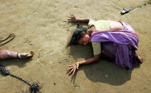 Una mujer india de luto por la muerte de su pariente (L), que murió en el tsunami en Cuddalore, unos 180 kilómetros (112 millas) al sur de la ciudad india meridional de Madras en esta foto de archivo del 28 de diciembre 2004. El tsunami de Asia del Sudeste mató a 230.000 personas en 14 países. Fue uno de los peores desastres naturales de la historia. Indonesia fue el país más afectado, seguido de Sri Lanka, India y Tailandia. REUTERS / Arko Datta