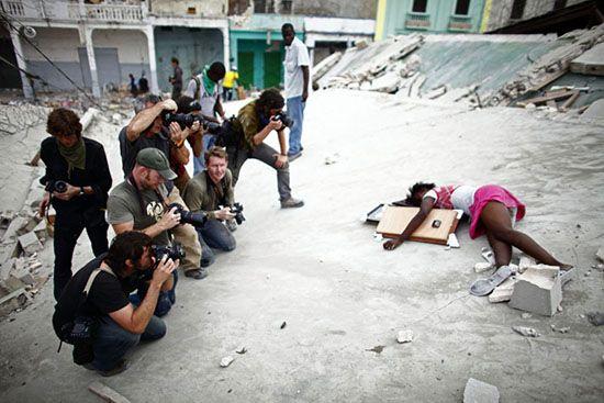 Fabienne Cherisma, de 15 años, yace en el suelo después de ser tiroteada por la policía tras los disturbios después del terremoto de Haití el 19 de enero de 2010. Foto: Paul Hansen
