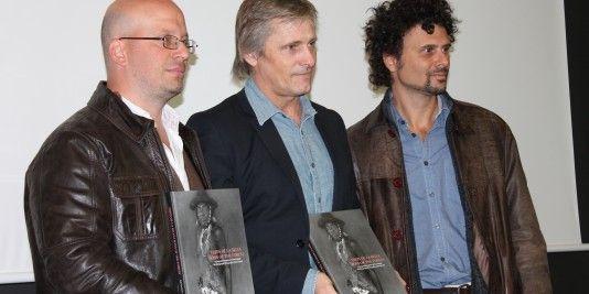 En la foto, Viggo Mortensen acompañado de los antropólogos argentinos Diego Villar y Federico Bossert