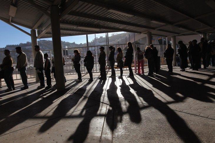 Inmigrantes mexicanos en la frontera de Estados Unidos. FOTO: CNN