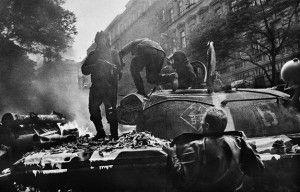 Fotograma escogido de la primavera de Praga de 1968. Foto: Josef Koudelka/Magnum Photos
