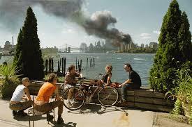 Foto publicada en 2006 sobre el ataque a las Torres Gemelas de Nueva York. La falta de preocupación que muestran los jóvenes fue motivo de controversia. Foto: Thomas Hoepker/Magnum Photos