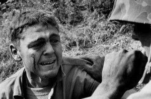 Herido por una mina que explotó debajo de la ambulancia que conducía, se da cuenta que su compañero ha muerto. Foto: LIFE