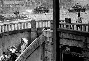 """""""Esta es la mejor fotografía que he tomado nunca de civiles coreanos. El padre descendiendo las escaleras con el bebé en brazos mientras los tanques disparan"""". Foto: LIFE"""