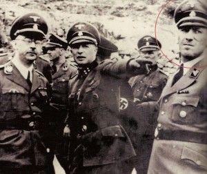 Himmler, a la izquierda, visitando el campo de concentración junto a