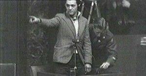 El fotoreportero catalán señalando a los responsables nazis de Mauthausen durante el juicio de Nuremberg.