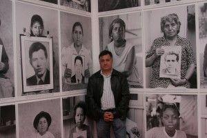 Gervasio Sánchez frente a los retratos de familiares de 'Desaparecidos'. Foto: Heraldo de Aragón