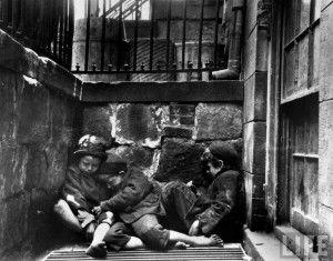 Street Arabs in sleeping quarters. Tres chavales durmiendo en la calle
