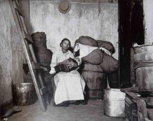In the home of an Italian Ragpicker, Jersey Street. Una madre italiana que vive con su bebé en un sótano sin luz. El flash de magnesio permitió sacar a la luz las condiciones de acinamiento.