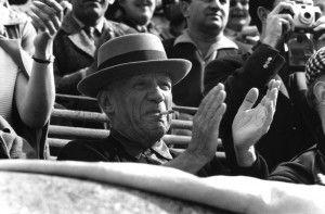 1957. Picasso disfrutando de una corrida de toros en Nîmes.  © Rene Burri/Magnum Photos
