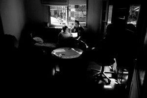Mónica Ramos y su marido Javier Narváez, inmigrantes ecuatorianos, leen la orden de desahucio en el salón de su casa mientras esperan la llegada de la comisión judicial el 22 de febrero de 2012 en el barrio de Canillejas de Madrid. Foto: Olmo Calvo