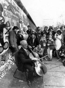 Mstislav Rostropóvich con su violoncelo ofrece un concierto improvisado junto al muro que sería derribado
