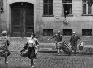 Aprovechando que la parte trasera del edificio donde viven está en el lado occidental, unos berlineses escapan del sector oriental