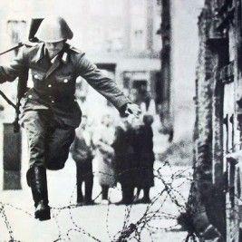 Soldado saltando el muro de Berlín