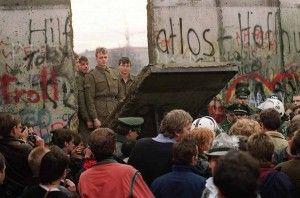 Miles de berlineses se congregaron cerca del Muro para vivir un hecho histórico