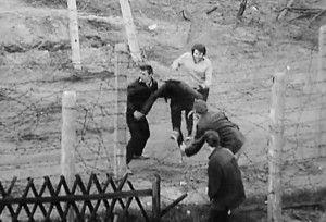 Ciudadanos de Berlín Oriental intentan pasar la frontera