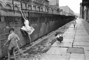 Unos niños juegan junto al muro recién construído