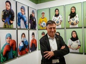 Gervasio Sánchez ante los retratos de las chicas futbolistas