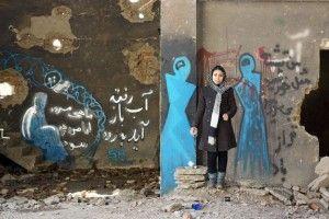 Shamsia Hassani ante uno de sus graffitis