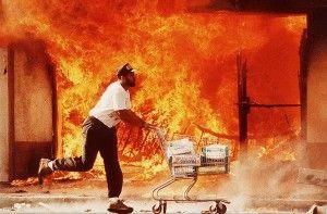 Un manifestante se lleva productos de un establecimiento saqueado. Los Angeles, 1992
