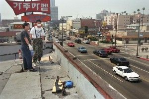 Comerciantes coreanos en los tejados de sus tiendas armados por los posibles saqueos en Los Angeles en 1992