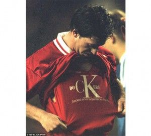 Robbie Fowler mostrando su apoyo a los estibadores del muelle de Liverpool