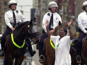 Un pastor de la iglesia methodista frente la policia en Cincinnati en 2001