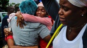 Una enfermera que estaba infectada con el ebola por un paciente celebra entre amigos y familiares haberse recuperado en Monrovia, Liberia. Foto: Michel DuCille