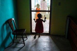 Niña infectada por ebola en una habitación aparte. Foto: Michel DuCille