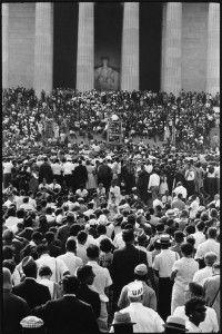 La multitud se agrupó en el monumento a Lincoln. Foto: Leonard Freed
