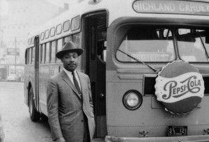 Martin Luther King enfrente de uno de los autobuses que llevaron a miles de afroamericanos a Washington
