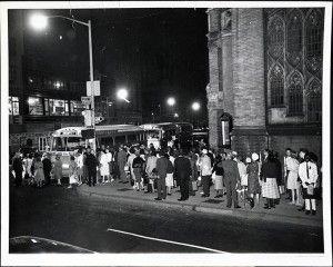 Participantes de la marcha esperan para coger el autobús que les llevará a Washington. Foto: