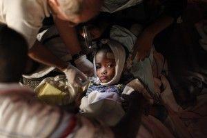 Un niño herido recibe tratamiento médico después de un terremoto en Port-au-Prince en esta foto de archivo del 13 de enero 2010. El sismo de magnitud 7,0 sacudió a Haití, matando a miles de personas, ya que derribó el palacio y laderas chabolas presidenciales por igual y dejando a los pobres nación caribeña apelar por ayuda internacional. REUTERS / Eduardo Munoz