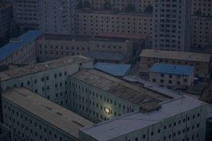 Una imagen del fundador de Corea del Norte, Kim Il-sung decora un edificio en la capital Pyongyang a principios de esta foto de archivo del 05 de octubre 2011. REUTERS / Damir Sagolj