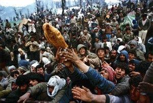 Refugiados kurdos Frantic luchan por una barra de pan durante la distribución de la ayuda humanitaria en la frontera turco-iraquí en esta foto de archivo del 05 de abril 1992. Yannis Behrakis: